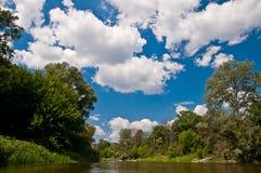 与白色云彩的蓝天 免版税图库摄影