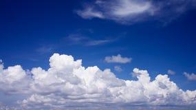 与白色云彩的蓝天 图库摄影