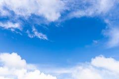 与白色云彩的蓝色skyBlue天空 免版税库存图片
