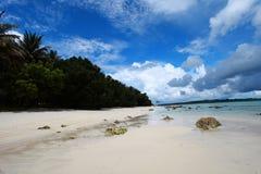 与白色云彩的Havelock海岛蓝天,安达曼群岛,印度 免版税图库摄影