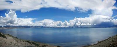 与白色云彩的Mansarovar湖西藏非常美好的风景 库存照片