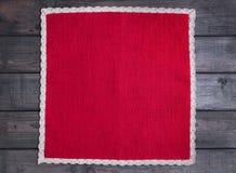 与白色亚麻布被编织的手工制造鞋带的红色布料 库存照片
