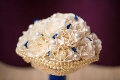 与白色人造花的异常的豪华新娘婚礼花束和首饰成珠状小珠 特写镜头非常eyedroppers高分辨率视图 免版税库存图片