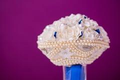与白色人造花的异常的豪华新娘婚礼花束和首饰成珠状小珠 特写镜头非常eyedroppers高分辨率视图 免版税库存照片