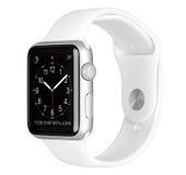 与白色体育带的苹果计算机手表体育银铝盒 库存图片