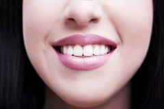 与白色健康牙的微笑 库存图片