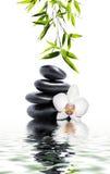 与白色兰花和竹子的按摩 免版税库存图片