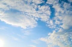 与白色剧烈的云彩的蓝色浩大的天空风景通过平衡阳光点燃了 库存照片
