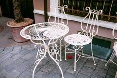 与白色加工铁家具,维尔纽斯的室外咖啡馆 库存图片