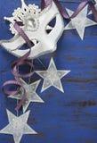 与白色化妆舞会党面具和星的新年背景 库存照片