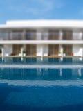 与白色半离房间的游泳池弄脏背景 免版税图库摄影