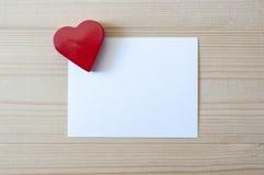 与白色卡片的红色心脏 爱和华伦泰概念 免版税库存图片