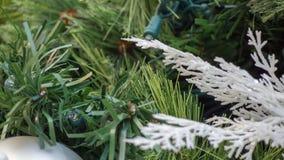 与白色口音的圣诞装饰特写镜头在框架权利  免版税库存图片