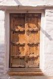 与白色周围的传统印地安木门 库存图片