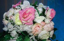 与白色和桃红色玫瑰的婚礼花束 免版税库存图片