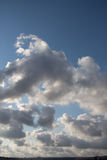 与白色和灰色云彩的天空 免版税库存图片