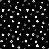 与白色和灰色心脏和花的无缝的样式在黑色 库存照片