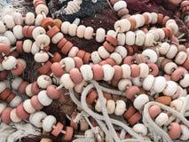 与白色和红色流动工的捕鱼网 免版税库存图片