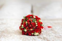 与白色和红色花的婚礼花束 免版税库存照片