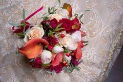 与白色和英国兰开斯特家族族徽和红色水芋百合的婚礼花束 库存图片