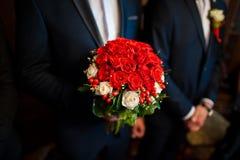 与白色和英国兰开斯特家族族徽的婚礼花束 库存照片
