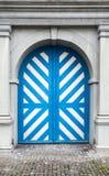 与白色和蓝色条纹的老木门 库存图片