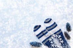 与白色和蓝色镶边手套,三的圣诞节背景 免版税库存照片