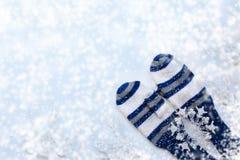 与白色和蓝色镶边手套, twi的冬天白色背景 免版税库存照片
