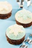 与白色和蓝色雪花的圣诞节杯形蛋糕 免版税库存照片