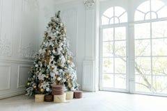 与白色和金装饰的圣诞树 免版税库存图片