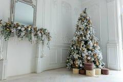 与白色和金装饰的圣诞树 图库摄影
