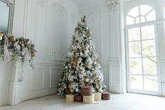 与白色和金装饰的圣诞树 库存图片
