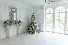 与白色和金装饰的圣诞树 免版税图库摄影