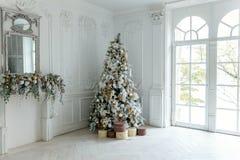 与白色和金装饰的圣诞树 库存照片