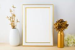 与白色和金黄花瓶的白色名望大模型 免版税库存图片