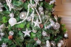 与白色和银装饰的圣诞树 库存照片