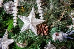 与白色和银装饰的圣诞树 库存图片