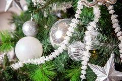 与白色和银装饰的圣诞树 免版税图库摄影