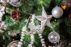 与白色和银装饰的圣诞树 免版税库存图片