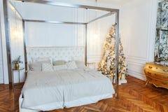 与白色和银装饰的圣诞树 免版税库存照片