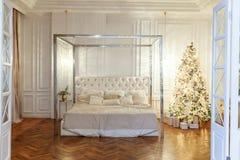 与白色和银装饰的圣诞树 图库摄影