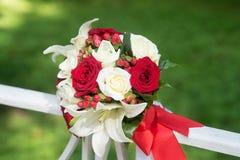 与白色和黑玫瑰的婚礼花束在绿色背景 免版税库存图片