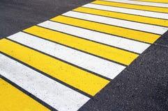 与白色和黄线的斑马线 库存照片