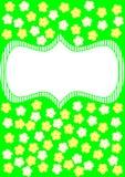 与白色和黄色花的卡片在绿色 库存图片