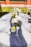 与白色和绿色花的美好的桌设置 库存照片