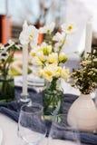 与白色和绿色花的美好的桌设置 免版税库存图片