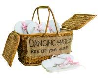 与白色啪嗒啪嗒的响声的藤条篮子与桃红色丝带为客人鞠躬,有文字跳舞鞋子的 开始您的脚跟! 库存照片