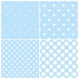 与白色圆点和心脏的逗人喜爱的蓝色tilepattern集合在淡色背景 库存照片