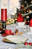 与白色圣诞节薄酥饼的传统波兰圣诞节桌 免版税库存照片
