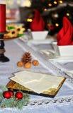 与白色圣诞节薄酥饼的传统波兰圣诞节桌 库存图片